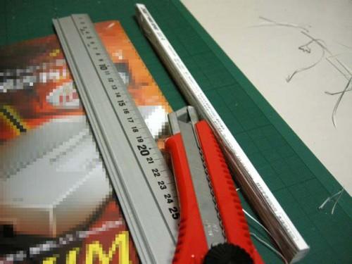 最後に表紙も、綴じ部と定規の真っすぐな部分を利用して。